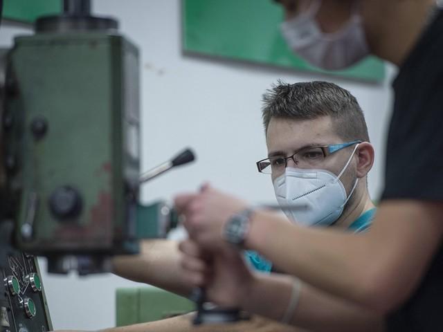 Corona-News: Moderna stuft Wirksamkeit herab ++ Zahl der neuen Azubis 2020 stark eingebrochen
