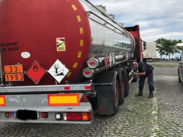 Explosive Chemikalien auf kaputten Reifen: Polizei stoppt Schrott-Lkw