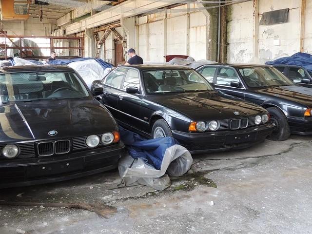 Seit 1994 vergessen - Elf fabrikneue BMW 5er in Halle in Bulgarien entdeckt