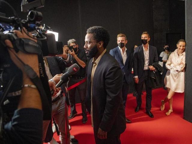 Schweiz: Filmfestival Locarno: Eröffnung unterm Regenschirm