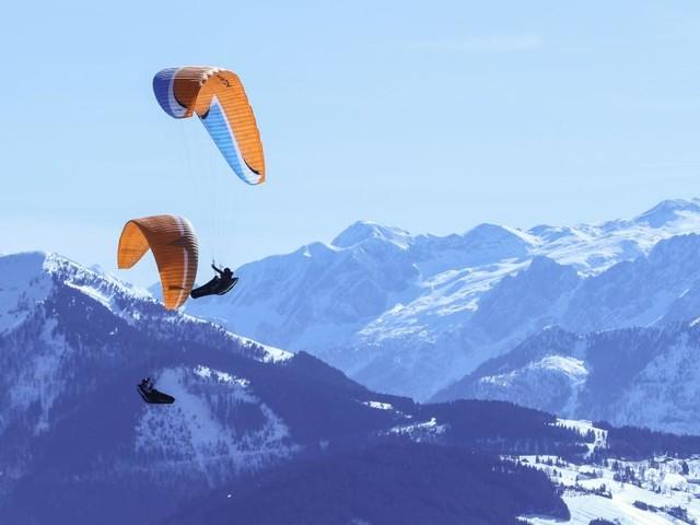 Tirol: Paragleiter stürzte ab und blieb in Felsen hängen