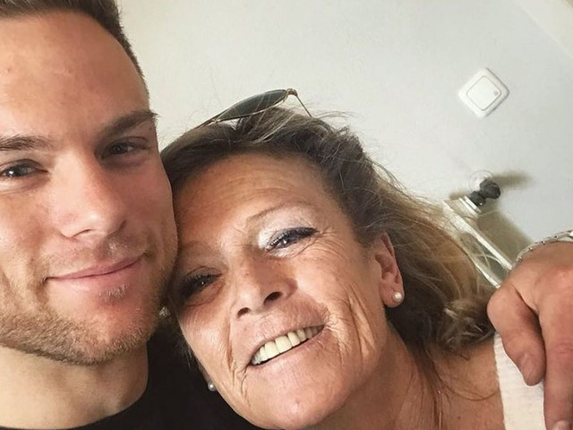 """Bachelor Basti küsst alle: Seine Mama Conny ist """"irritiert""""!"""