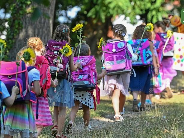 Frauengold-Kolumne: Masken-Muffel, Partyvolk: Verderbt Kindern nicht die Schule!