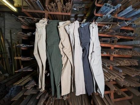 Die praktischen und gemütlichen Dad Pants erobern die Kleiderschränke
