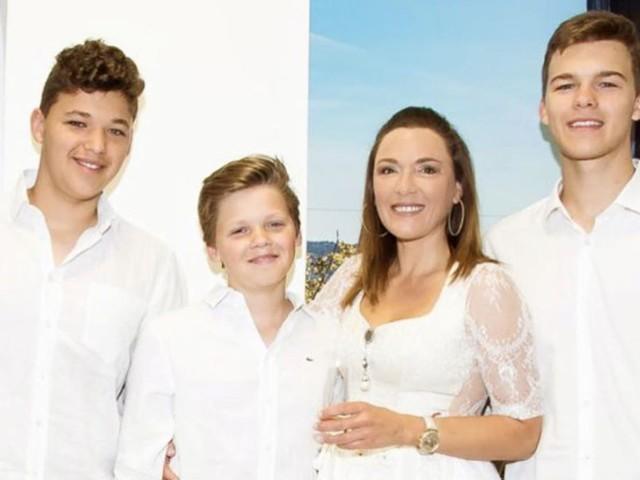 Seltenheitswert: Simone Ballack posiert mit ihren drei Jungs