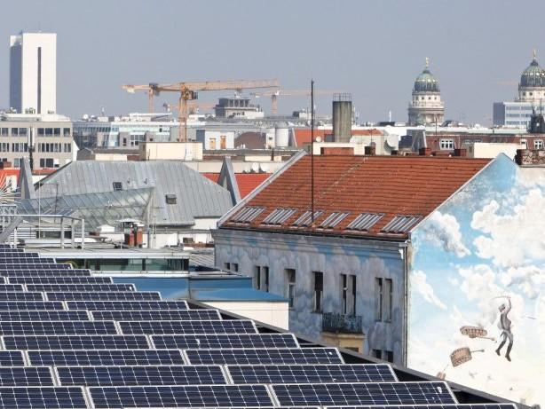 Auf stadteigenen Häusern: Mieter sollen günstigen Solarstrom vom eigenen Dach bekommen
