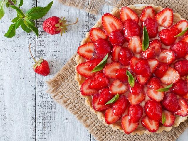 Gesundes Sommerrezept: Köstlicher Erdbeerkuchen ohne Zucker