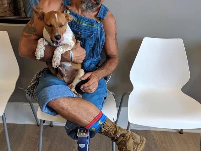 Ziemlich beste Freunde: Einbeiniger Mann adoptiert dreibeinigen Hund