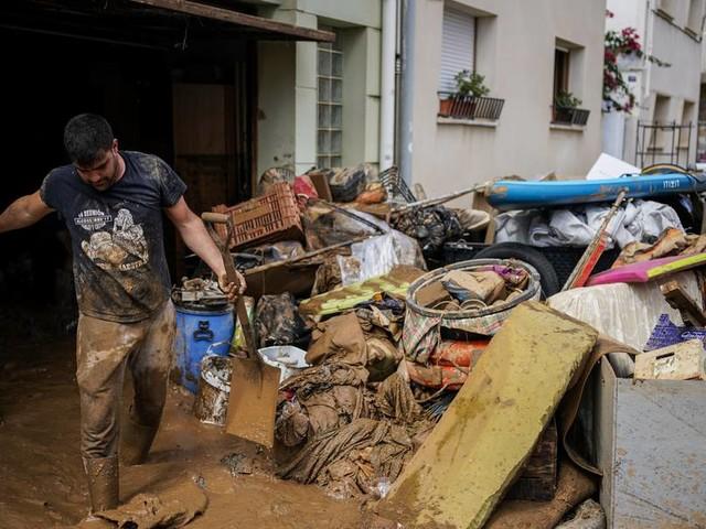 Schwere Unwetter setzen weite Teile Spaniens unter Wasser - Stromausfälle und Evakuierungen