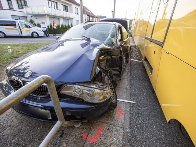 Unfall in Leinfelden-Echterdingen: Stadtbahn und BMW prallen zusammen