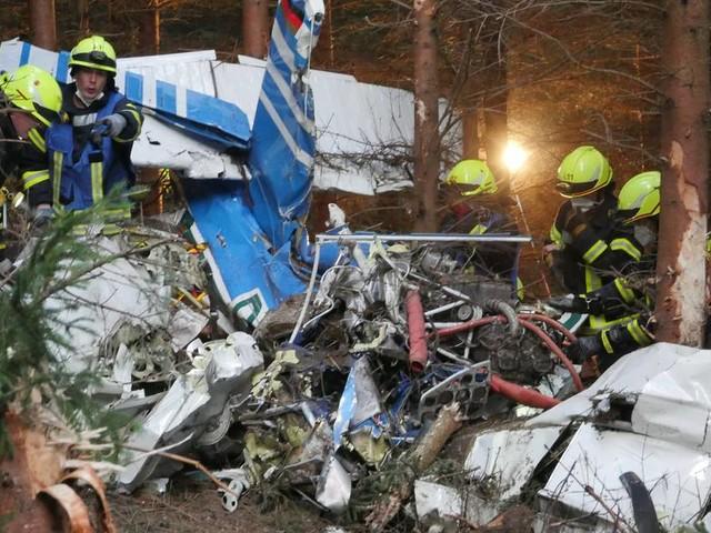 Unglück in Wilnsdorf: Kleinflugzeug in Wald abgestürzt – Leiche gefunden
