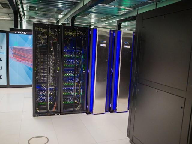 """Supercomputer """"Hawk"""" in Stuttgart: 250.000-mal mehr Speicher als ein normaler Rechner"""
