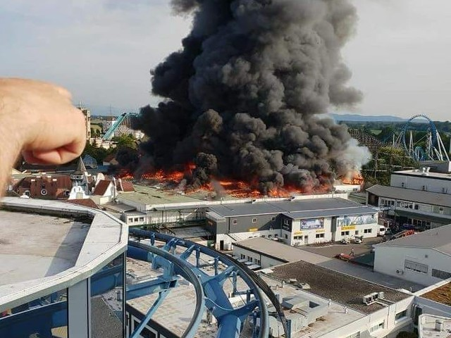"""Feuer im Europa-Park: Großbrand in """"Piraten von Batavia"""" ausgebrochen"""