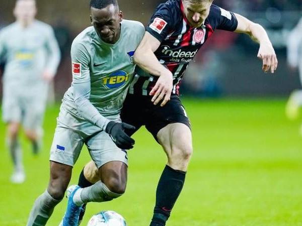 Bundesliga-Freitagsspiel: Klinsmanns Hertha gibt Sieg in Frankfurt noch her