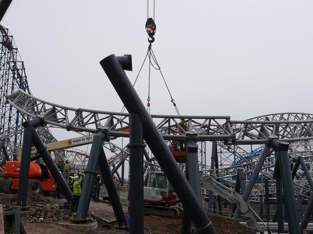 """Blackpool Pleasure Beach feiert Schienenschluss bei """"Icon"""": Neue Katapult-Achterbahn in englischem Freizeitpark komplett aufgebaut"""