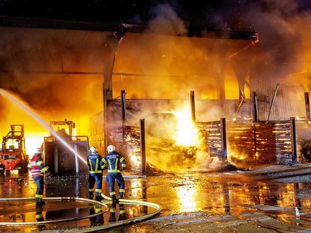 19 Feuerwehren bekämpfen Großbrand in Müllfirma in OÖ