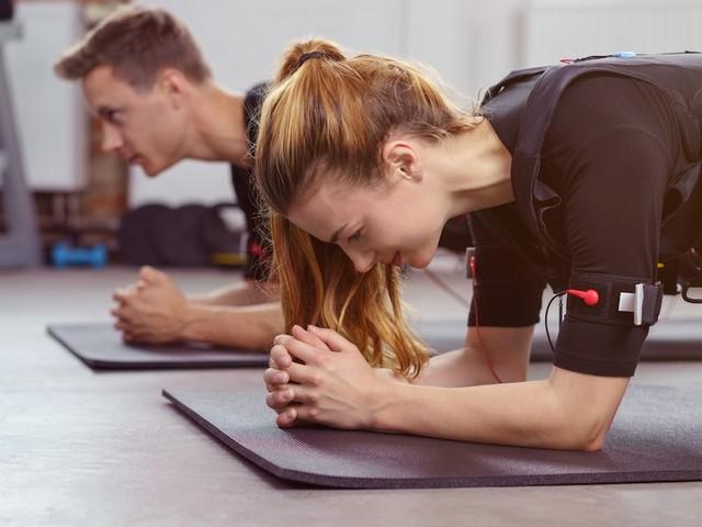 Studios gibt es inzwischen überall - Muskel-Stromen gegen Schwabbel: Wie Sie mit EMS fit werden und Muskeln aufbauen
