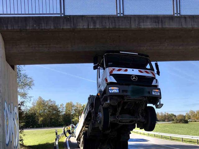 In Oberbayern: 80-Jähriger bleibt mit Lastwagen spektakulär an Brücke hängen