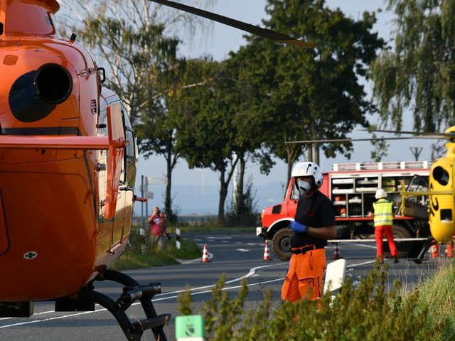 Auto schleudert in Maisfeld: Mutter stirbt, Mann und Kind verletzt