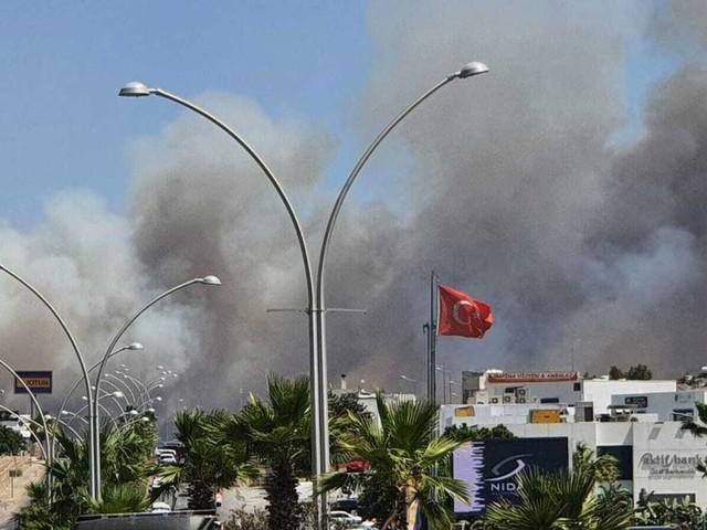 Waldbrände in der Türkei bedrohen beliebte Urlaubsregion - Menschen mit Booten in Sicherheit gebracht