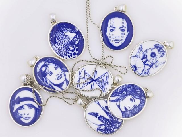 Die blaue Olga: Schmuckanhänger mit Motiven der Illustratorin Kat Menschik