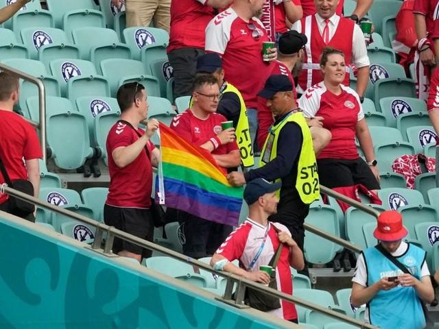 Aufreger in Baku: Ordner nahmen Dänemark-Fans Regenbogen-Fahne ab
