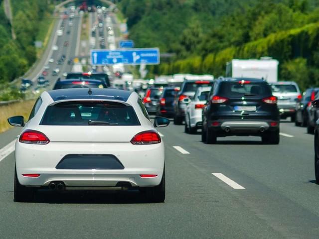 Tricks und richtiges Verhalten: Mit diesen Tipps können Autofahrer einen Stau vermeiden