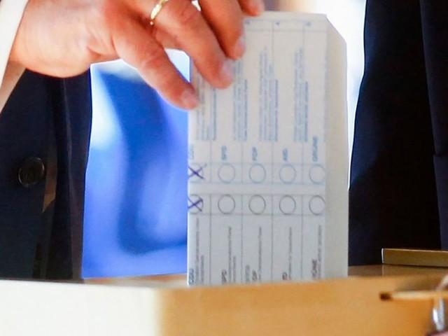 Laschet faltete Stimmzettel im Wahllokal falsch