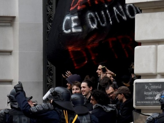 """Youth for Climate France"" - Umweltaktivisten besetzen Pariser Blackrock-Zentrale"