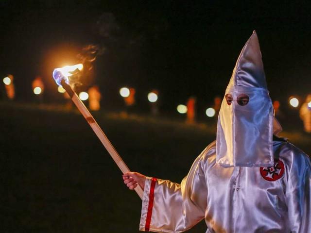 Mitten in Deutschland: Mann in Ku-Klux-Klan-Kutte attackiert Grünen-Politiker und Kind