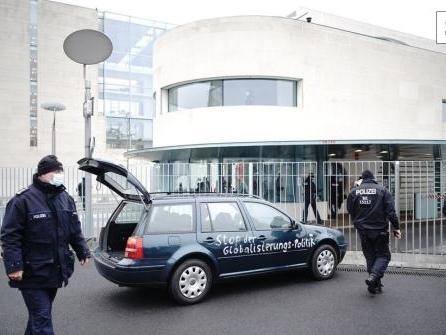 Auto mit wirrer Protest-Botschaft rammt Tor des Kanzleramts