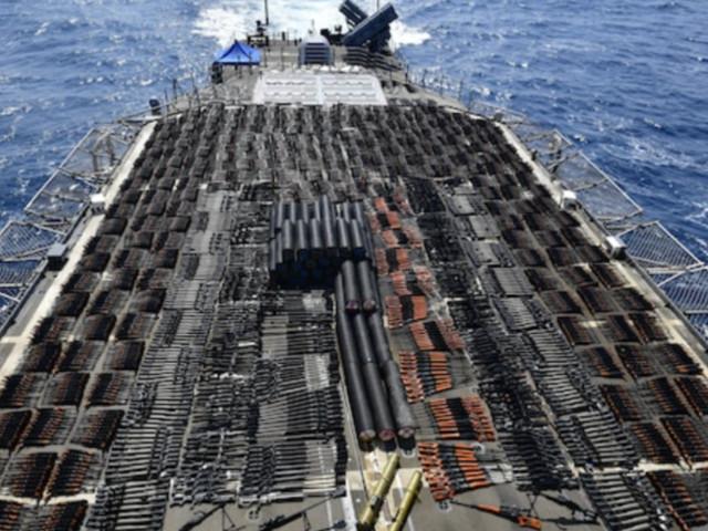 EILMELDUNG: US-Marine fängt Schiff mit Tausenden Waffen im Arabischen Meer ab