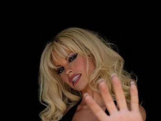Serie über Pamela Anderson: So sieht die Pam-Darstellerin im Kostüm aus – kaum wiederzuerkennen