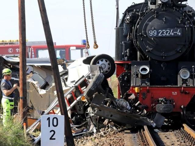 Mecklenburg-Vorpommern : Dampflokbahn kollidiert mit Wohnmobil - ein Toter