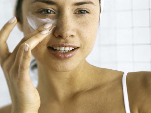Nachgefragt bei Experten : Was bringen Augencremes wirklich?