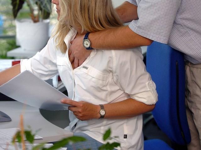 Übergriffe im Job: Auf sexuelle Belästigungen sofort reagieren