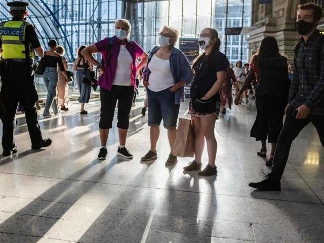 Maßnahmen enden: Die Masken fallen: Johnson öffnet England und erntet Kritik