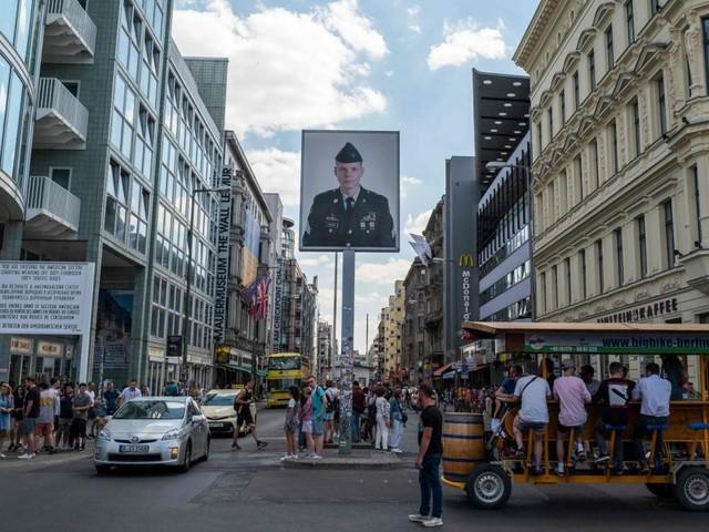 Checkpoint Charlie: Aus für falsche Soldaten in Berlin