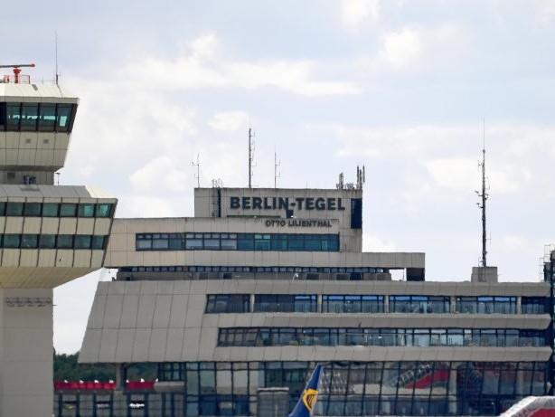 Feuerwehreinsatz: Turbulenzen: Flugzeug mit Verletzten landet in Tegel