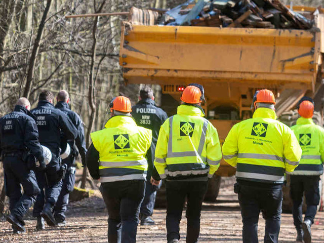 Aufräumaktion im Hambacher Forst: RWE-Mitarbeiter mit Steinen und Fäkalien attackiert