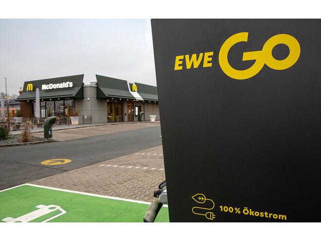 Elektroauto laden beim Einkaufen: Immer mehr Märkte bieten Kunden Lademöglichkeiten