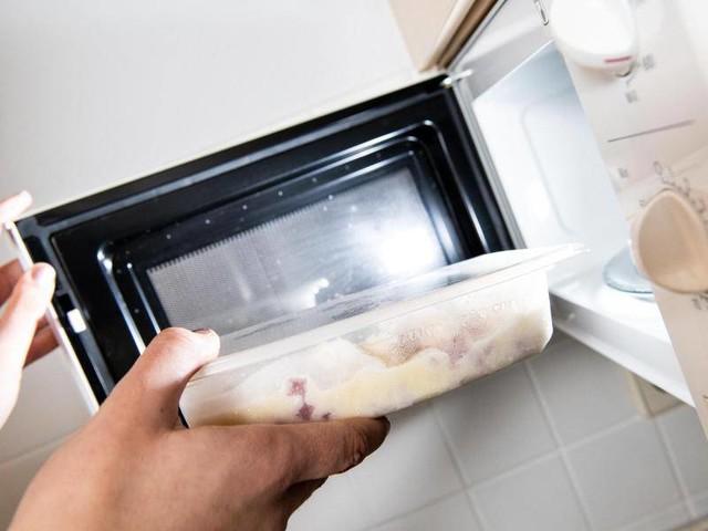 Gefahr des Platzens: Keime und Co.: Was alles nicht in die Mikrowelle gehört