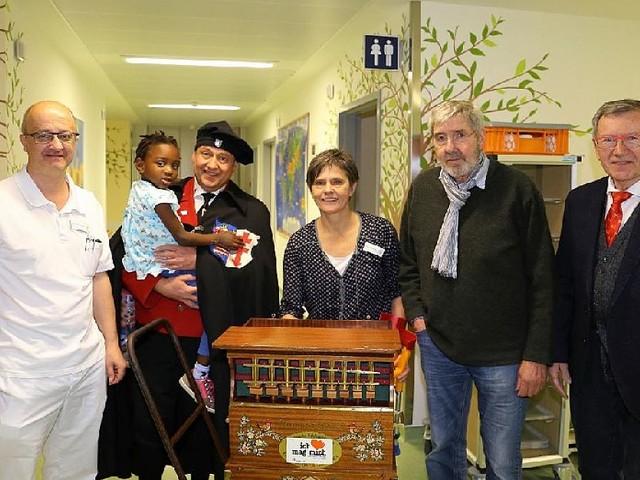 Bad Hersfeld - Leuchtende Augen in der Kinderklinik: Lolls-Feuermeister beschenkt kranke Kids