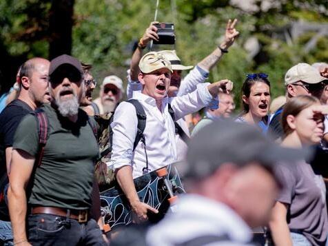 15.000 Demonstranten in Mitte – Polizei prüft Auflösung der Versammlung