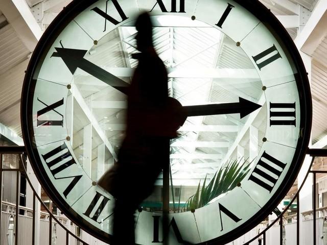 Per Funk oder Hand: Wie an der Uhr gedreht wird