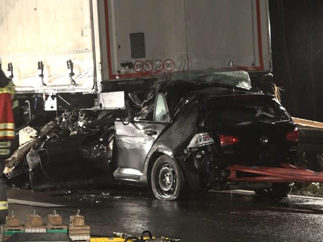 Auto rast unter Lkw: Fahrer ist sofort tot,Rettungsgasse wird zum Ärgernis