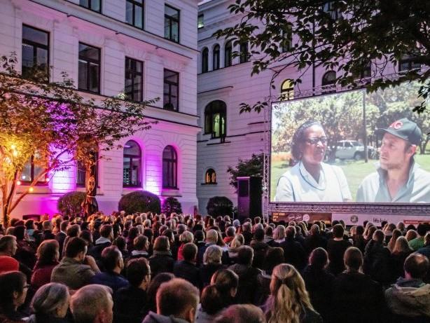 Zeise Kino Open Air: Wie das Charme-Fass Bjarne Mädel das Publikum triggert
