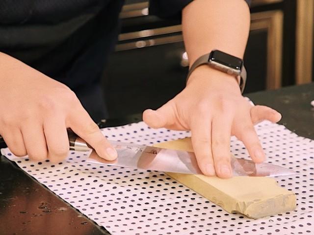 Wie man ein Messer mit einem Wetzstein richtig schärft | Eine Videoanleitung aus New York