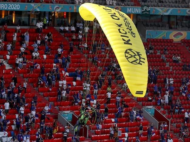 """""""Ein Stück erschrocken"""": Regierung verurteilt Greenpeace-Aktion in Münchner EM-Stadion"""