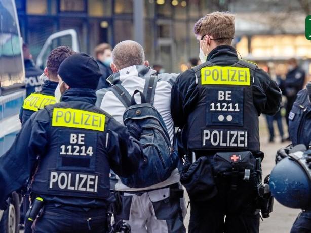 Corona-Pandemie: Berliner Polizei setzt Maskenpflicht mit Zwang durch